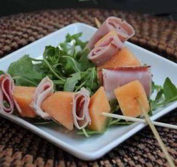 prepara brochettas con jamón y frutas
